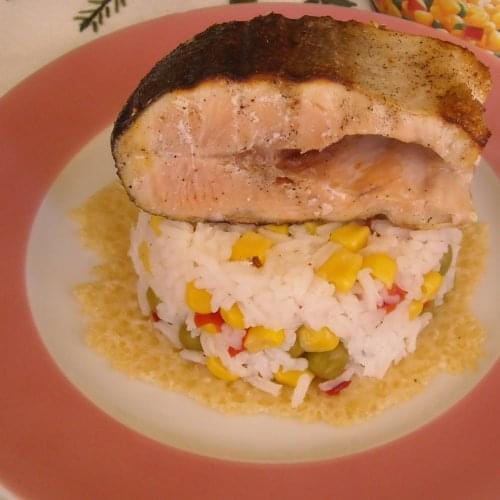 Riža s povrćem, hrskavim parmezanom i lososom