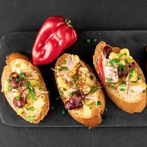 Брускета с риба тон, царевица и червен фасул
