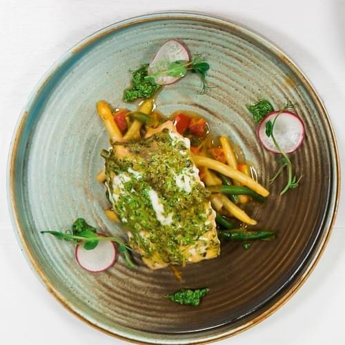 Печена сьомга с микс от зелен и жълт фасул