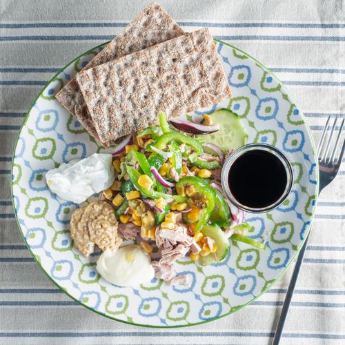 Салата с риба тон и зеленчуци
