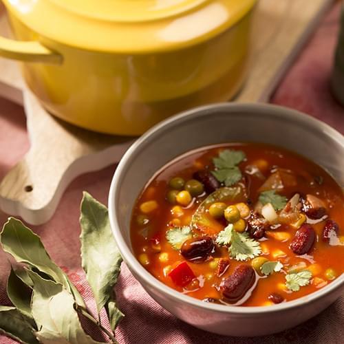 Τοματόσουπα με κόκκινα φασόλια, καλαμπόκι και μπέικον