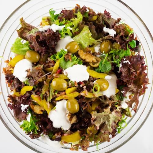 ახალი სალათი ზეთისხილით