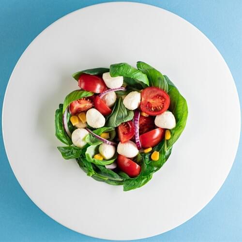 Salată cu mozzarela și porumb