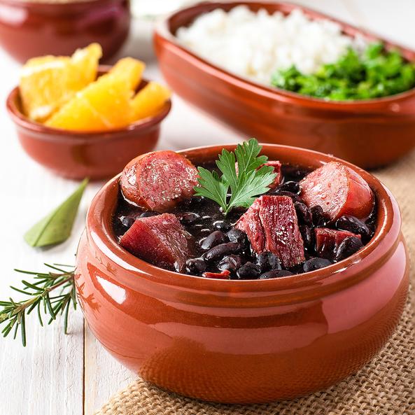 Feijoada - mâncare de fasole roșie cu bucăți de carne de porc