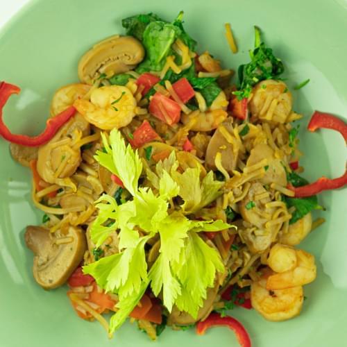 Noodles cu creveți, ciuperci felii și spanac