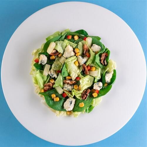 Salată ușor picantă cu brânză și nucă
