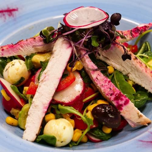 Salată cu porumb și piept de curcan