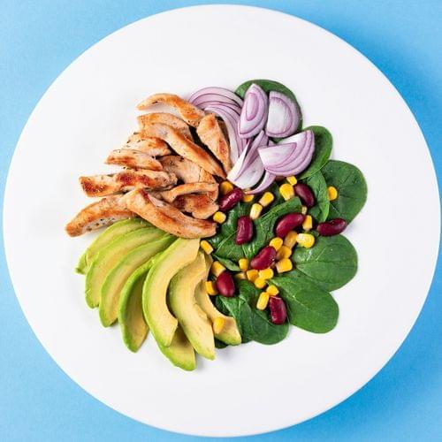 Salată cu pui, porumb și fasole roșie