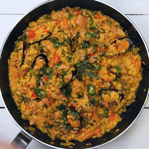 Paella cu mix de legume, carne și midii