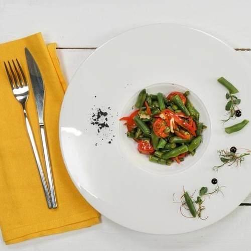 Зеленая фасоль с помидорами и укропом