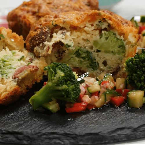 Маффины с брокколи и колбасками чоризо