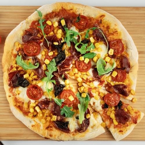Піца із солодкою кукурудзою, перцем чилі і ковбасою копа